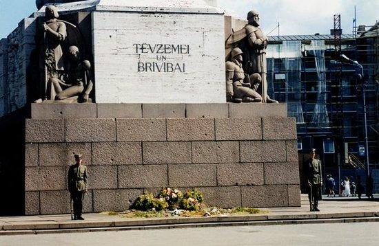 Freedom Monument (Brivibas Piemineklis): Honor guard at monument