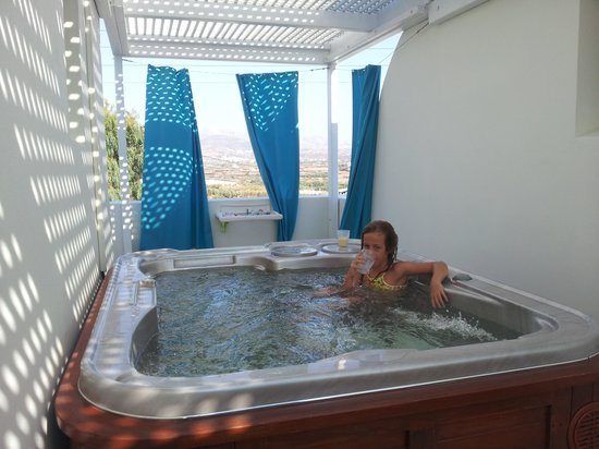 Mitos Suites: Whirlpool auTerrasse