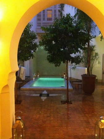 Riad Al Massarah: Courtyard in the evening during a shower
