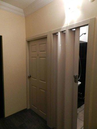 Amadeus Hotel: plastic door at bathroom