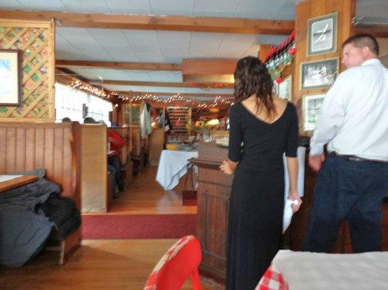 Ripe Tomato: Dining area