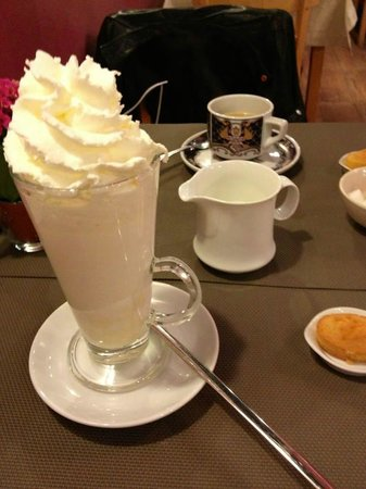 GingerBread Bagels, Brunch Coffee and Tea House : Lovely white hot chocolate
