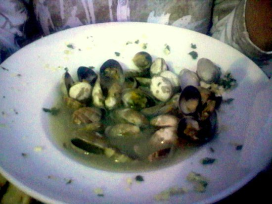 Fins Market and Grill: Clams in broth needs pasta or rice... and bigger clams