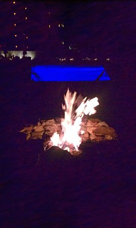 Holiday Inn Resort Daytona Beach Oceanfront: Fire pits at the pool. Beautuful view of the ocean.