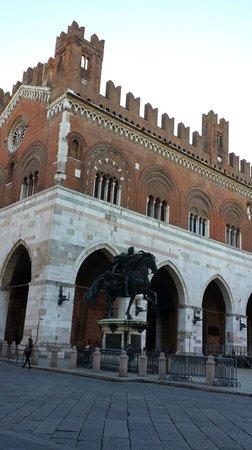 Piacenza, Italia: palazzo gotico