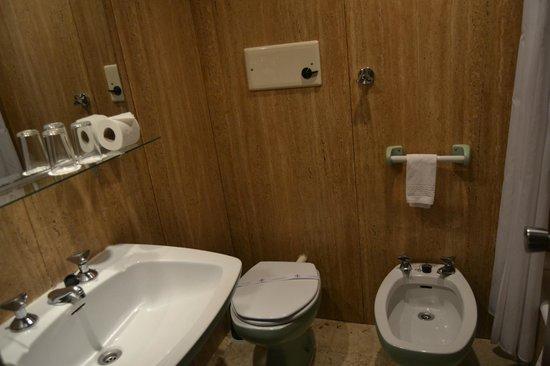 Hotel PraiaGolfe: baño con un lavabo demasiado grande