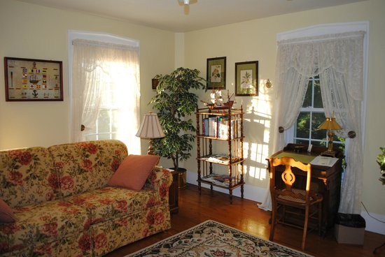 Camden Maine Stay Inn : Our sunny front room.