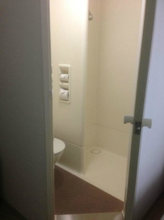 Ibis Budget Canberra: Shower/toilet cubicle