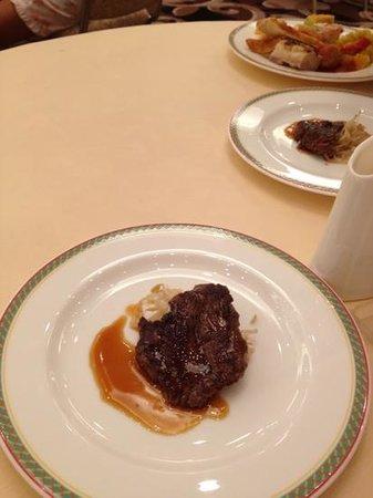Hotel Shima Spain Mura : ビュッフェの目玉、ステーキ。 添え野菜がもやしなのがいただけない…