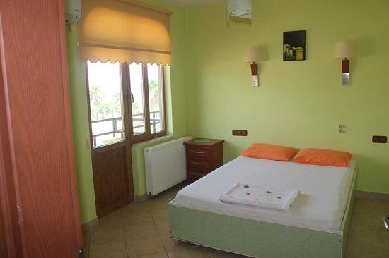 Flora Hotel: Suit yatak odası
