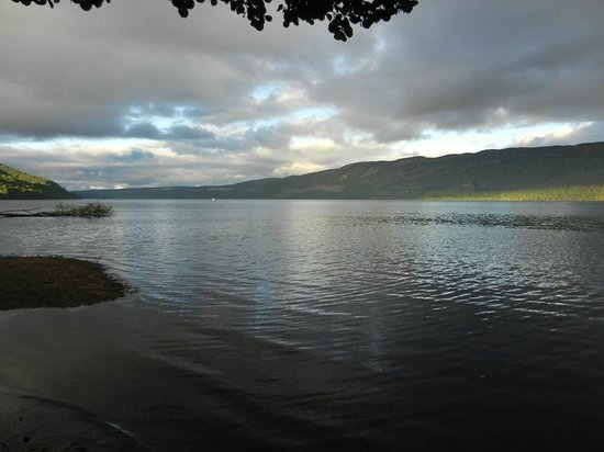 Aslaich Bed & Breakfast: View towards Loch Ness from the shore nearby the B&B