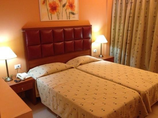 Ariti Grand Hotel: Το κρεβάτι του δωματίου στο οποίο έμεινα.