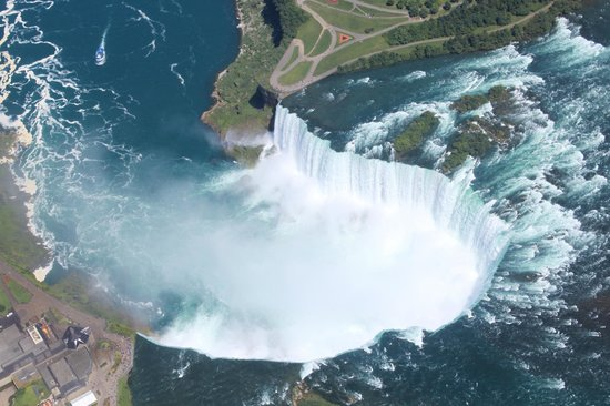 National Helicopters - Niagara Falls Heli-Tours : Closer-up of the horseshoe falls