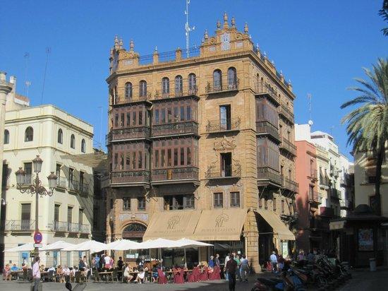 Robles Laredo: Edificio en cuyos bajos está el negocio.