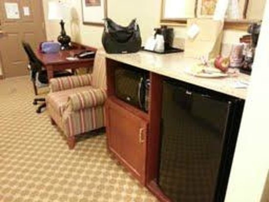 Country Inn & Suites By Carlson, Manchester Airport: Kitchenette and desk area