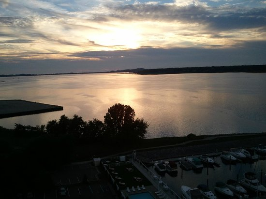 Shoreline Inn & Conference Center, an Ascend Hotel Collection Member: Sunset from my room