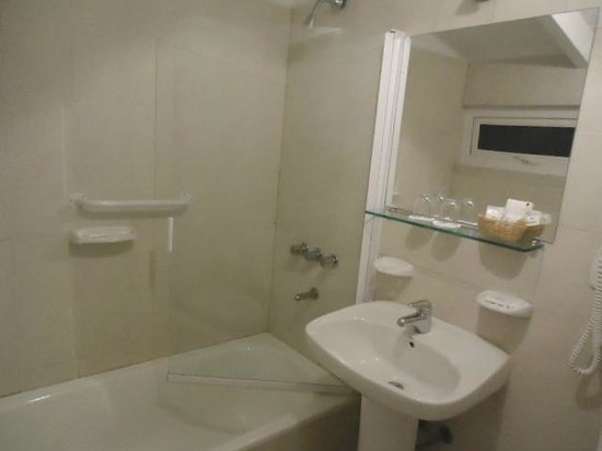 Hotel Carlos V Patagonia Bariloche: Banheiro com um bom tamanho.