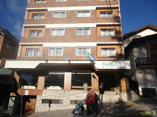 Hotel Carlos V Patagonia Bariloche: Entrada do Hotel, acesso ruim sem rampa para carrinhos de bebê, cadeira de rodas...