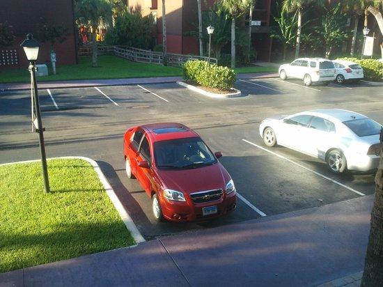 Parkway International Resort: Vista del estacionamiento frente al apartamento