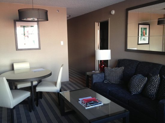 Avenue Suites Georgetown: Living room and Paul Newman