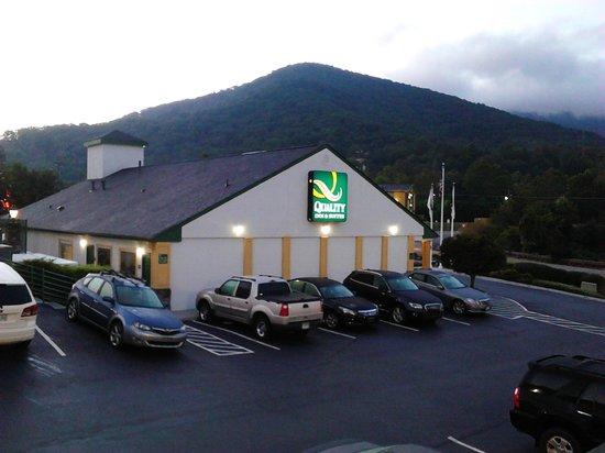 Quality Inn & Suites Biltmore East: parking lot