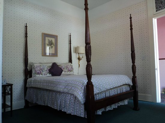 Grand Imperial Hotel: bed