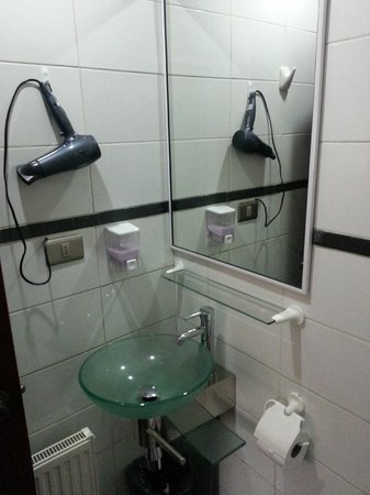 Hotel Bello Temuco: Baño vista 01