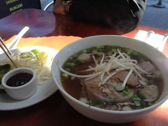 Darren's Cafe: rare beef and beef balls pho