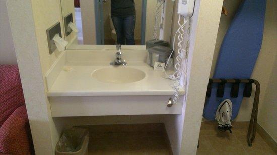 Days Inn Gettysburg: Bathroom sink outside of bathroom