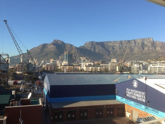 Queen Victoria Hotel: The view of Victoria Harbour/Table Mountain from our terrace.