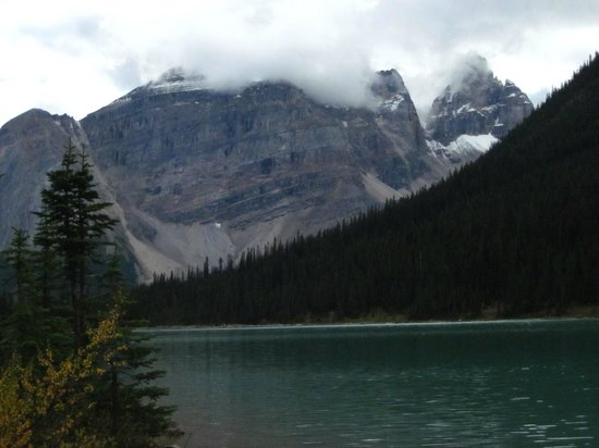 Auberge Kicking Horse B&B: Sherbrooke Lake In Yoho National Park