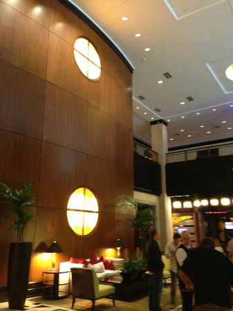 Louisville Marriott Downtown: Modern and expansive lobby area