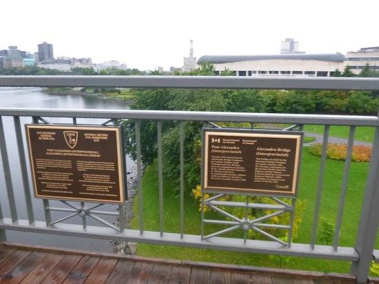 Alexandra Bridge: Placa de identificação da Ponte