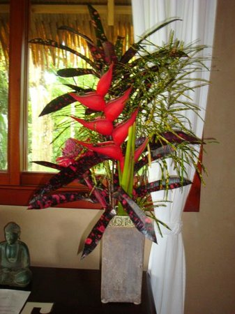 Copa de Arbol Beach and Rainforest Resort: Flower arrangement waiting for us in our room