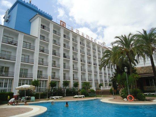 Abades Benacazon: Patio interior do Hotel, onde fica a piscina