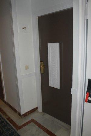 Abades Benacazon: Porta do quarto.
