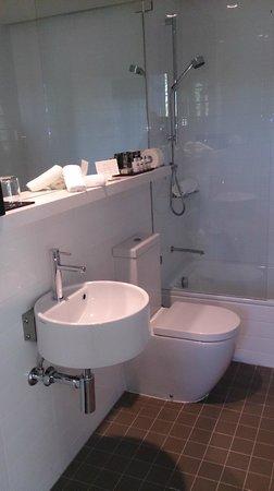 ADGE Apartment Hotel: Main ensuite bathroom