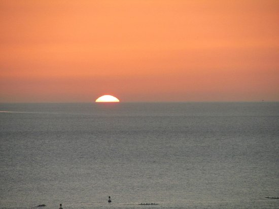Sheraton Waikiki: View of Sunset from Room