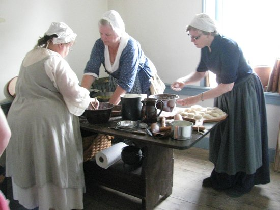 Dill's Tavern and Plantation: A Hearth-Cooking Class Preparing a Meal