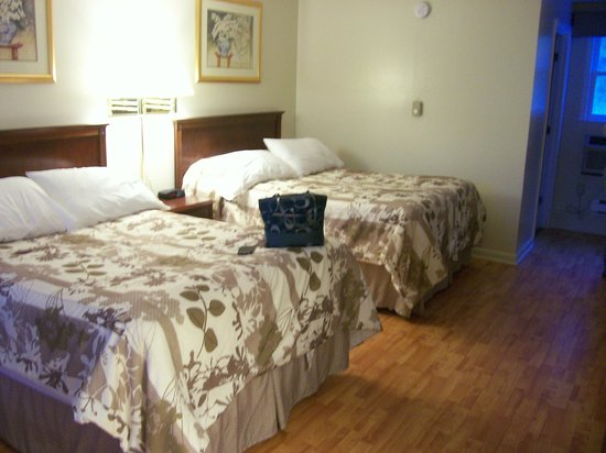 Sea View Motel: Beautiful room with hard wood floors and fantastic bedding!