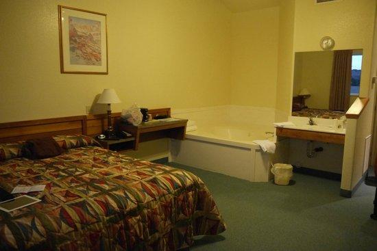 Grand Staircase Inn: Equipement de la chambre avec baignoire à jet et évier (pas présent dans salle de bain)