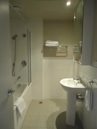 Grand Chancellor Auckland Hotel: Bathroom.