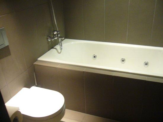 Radisson Blu Hotel, Madrid Prado : ジャクジーバス
