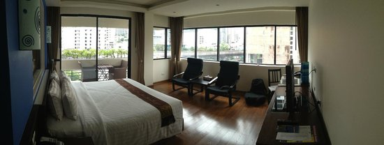 Hotel Mermaid Bangkok: 6th floor corner suite