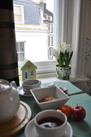 The Old Town Guesthouse: enjoying the breakfast, love the setting of the table