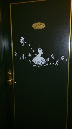 โฮเต็ล ไพน่า โกเบ: 部屋のドアにおとぎ話の主人公がいました。