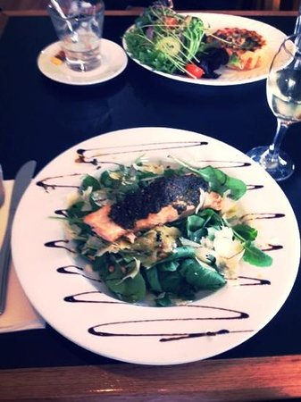 Richmond Food and Wine Centre : Pesto encrusted salmon on rocket and spinach salad