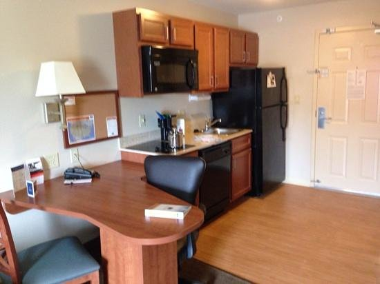 Candlewood Suites Milwaukee Airport-Oak Creek : full kitchen and lan line