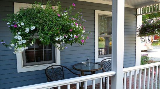 The Old Mystic Inn: Front Porch