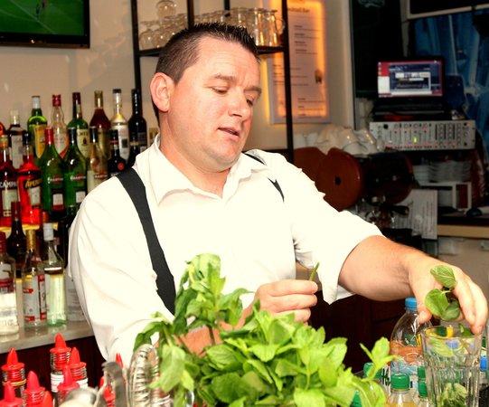 Hotel Telesilla: Thomas at the Bar preparing cocktails